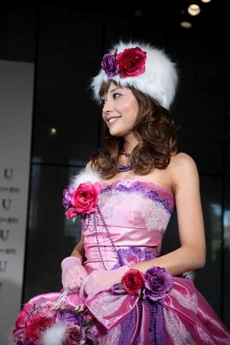 小松愛唯のドレス画像