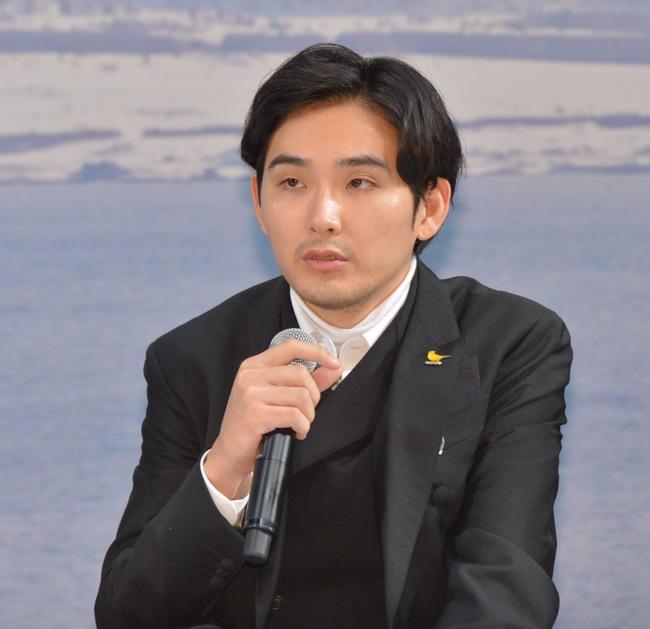 会見時の松田龍平。