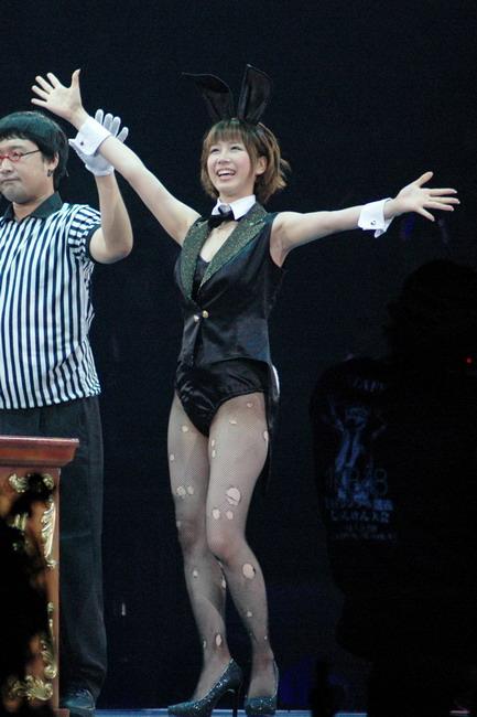 両手を広げて楽しそうな笑顔を見せる大家志津香