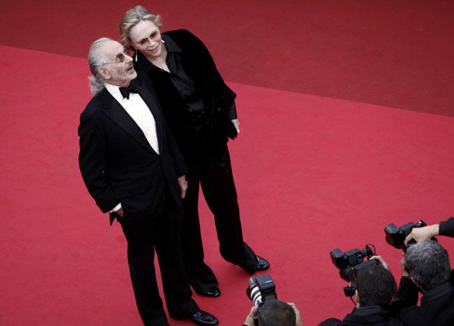 写真 〈レッド・カーペットから〉フェイ・ダナウェイ(右)とジェリー・シャッツバーグ監督=ロイター