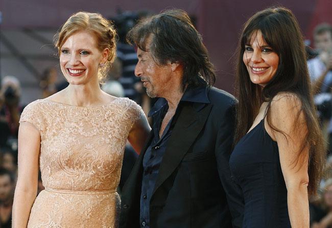 〈レッド・カーペットから〉左から「Wilde Salome」出演のジェシカ・チャステイン、アル・パチーノ、ルシラ・ソラ=ロイター