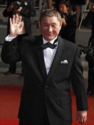 カンヌ映画祭会場で赤じゅうたんを歩く北野武監督=ロイター