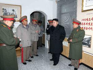 軍の戦車部隊を視察する金正恩氏。1日、朝鮮中央通信が配信した=ロイター
