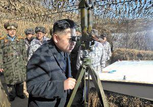 大延坪島砲撃を行った部隊を含む朝鮮人民軍第4軍団司令部の前線部隊を視察する金正恩氏。日時は不明。朝鮮中央通信が25日に報じた=朝鮮通信