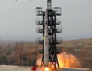 2009年4月5日、咸鏡北道花台郡の東海衛星発射場から打ち上げられた運搬ロケット「銀河2号」とされる長距離ミサイル。朝鮮中央通信が配信した=朝鮮通信