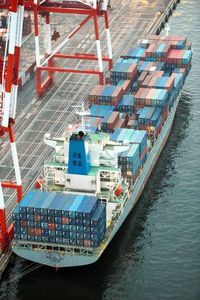 東京港でアルミニウム合金を東京税関などに押収されたシンガポール船籍の貨物船「WAN HAI313」=23日午後4時53分、神戸市東灘区、朝日新聞社ヘリから、筋野健太撮影