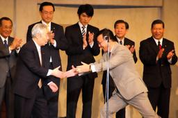 asahi.com(朝日新聞社):公認お披露目 75歳の緊張 - 探訪保守
