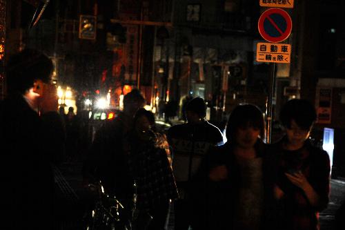 写真:地震後、停電で真っ暗になった盛岡市の繁華街... asahi.com(朝日新聞社):東北4