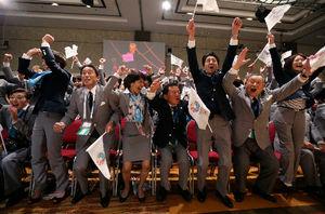 東京が2020年夏季五輪開催地に決まり、喜ぶ安倍晋三首相(右から3人目)ら=ロイター
