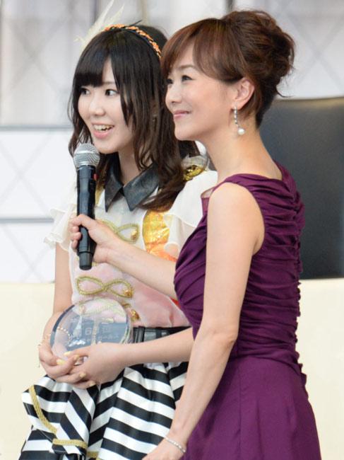 AKB48選抜総選挙で63位になった金子栞(SKE48 TeamE)。右は司会の木佐彩子さん - AKB総選挙2013 - 写真・図版〈フューチャーガールズ〉AKB48選抜総選挙で63位になった金子栞(SKE48 TeamE)。右は司会の木佐彩子さん