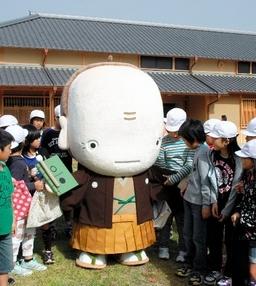 写真 日田のゆるキャラ「たんそうさん」は児童の握手攻めにあった=大分県日田市咸... asahi