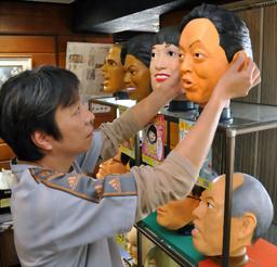 「平和の鳩山くん」のマスクを整理する八木原さん=さいたま市大宮区堀の内町1丁目