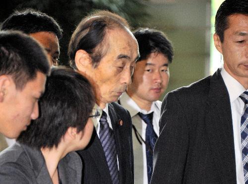 写真 野田佳彦首相との会談のため、首相官邸に入る民主党の輿石東幹事長(中央)=... asahi