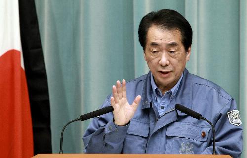 東日本大震災の発生から2週間を受け会見する菅直人首相=25日午後7時43分、首相官邸、飯塚悟撮影