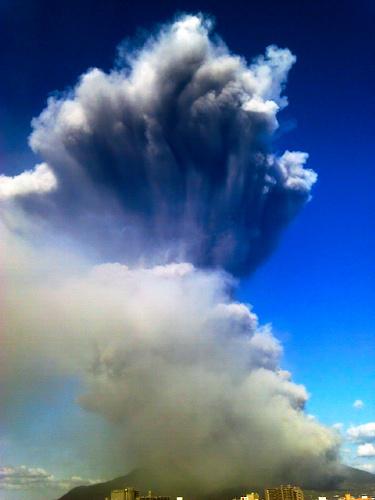 写真:高々と噴煙を上げる桜島 ...