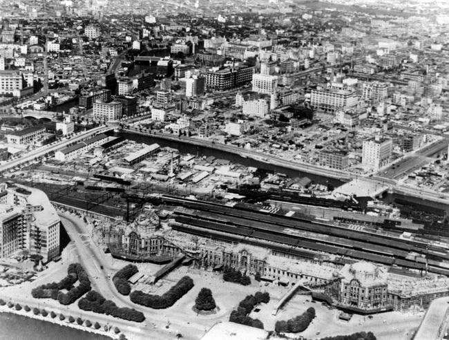 丸ノ内上空から米軍が撮影した東京駅。八重洲、日本橋方面を望む。中央 ...