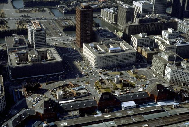1982年3月、東京・丸の内、東京駅前付近の航空写真 - 東京駅開業100 ...