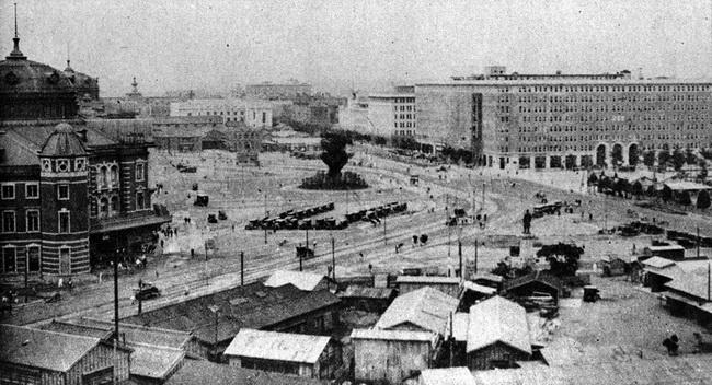 1925年(大正14年)、関東大震災から復興した東京駅前。左側が東京駅 ...