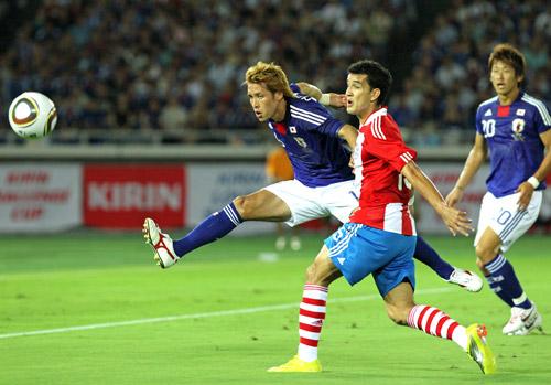 写真 〈前半〉 前半、ゴール前のボールをクリアする細貝=4日、パラグアイ戦(... asahi.
