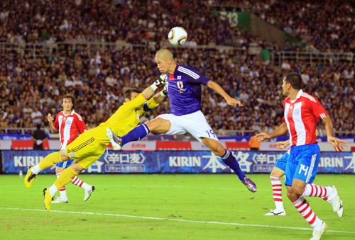 写真 〈前半〉 前半、ゴール前のクロスに飛び込む森本=4日、パラグアイ戦(横... asahi.
