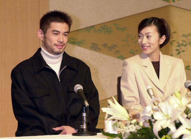 イチロー日米通算4千安打達成 〈オリックス(1992~2000)〉 笑顔で結婚報告の会見をするイチロー選手と福島弓子さん=5日午後7時、神戸市中央区のホテルで