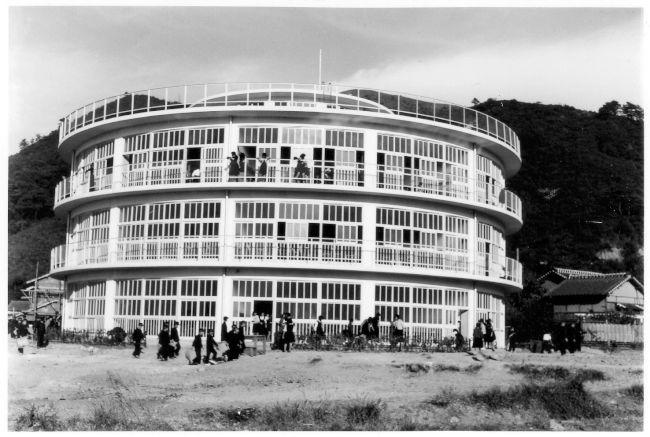 朝日新聞デジタル 1955年に建てられた富野中学校 円形の校舎は当時
