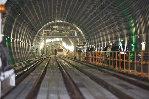 〈下北沢駅の地下〉 下北沢駅の地下付近。奥が下ってきているのがわかる