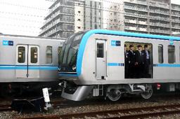 従来型の車両(奥)と比べ、ドア幅が50センチ広くなった「15000系」=5日午後、東京都江東区、長島一浩撮影
