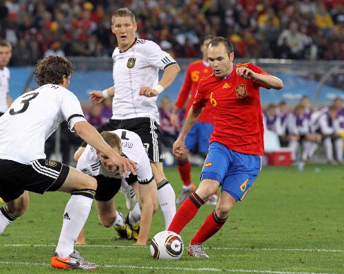 写真:前半、ゴール前にドリブルで切り込むスペインのイニエスタ(6)(右)... 前半、ゴール前に