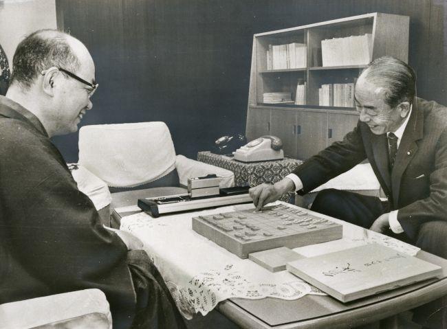 大山康晴前名人(左)と対局の福田赳夫行政管理庁長官。このあと福田に ...