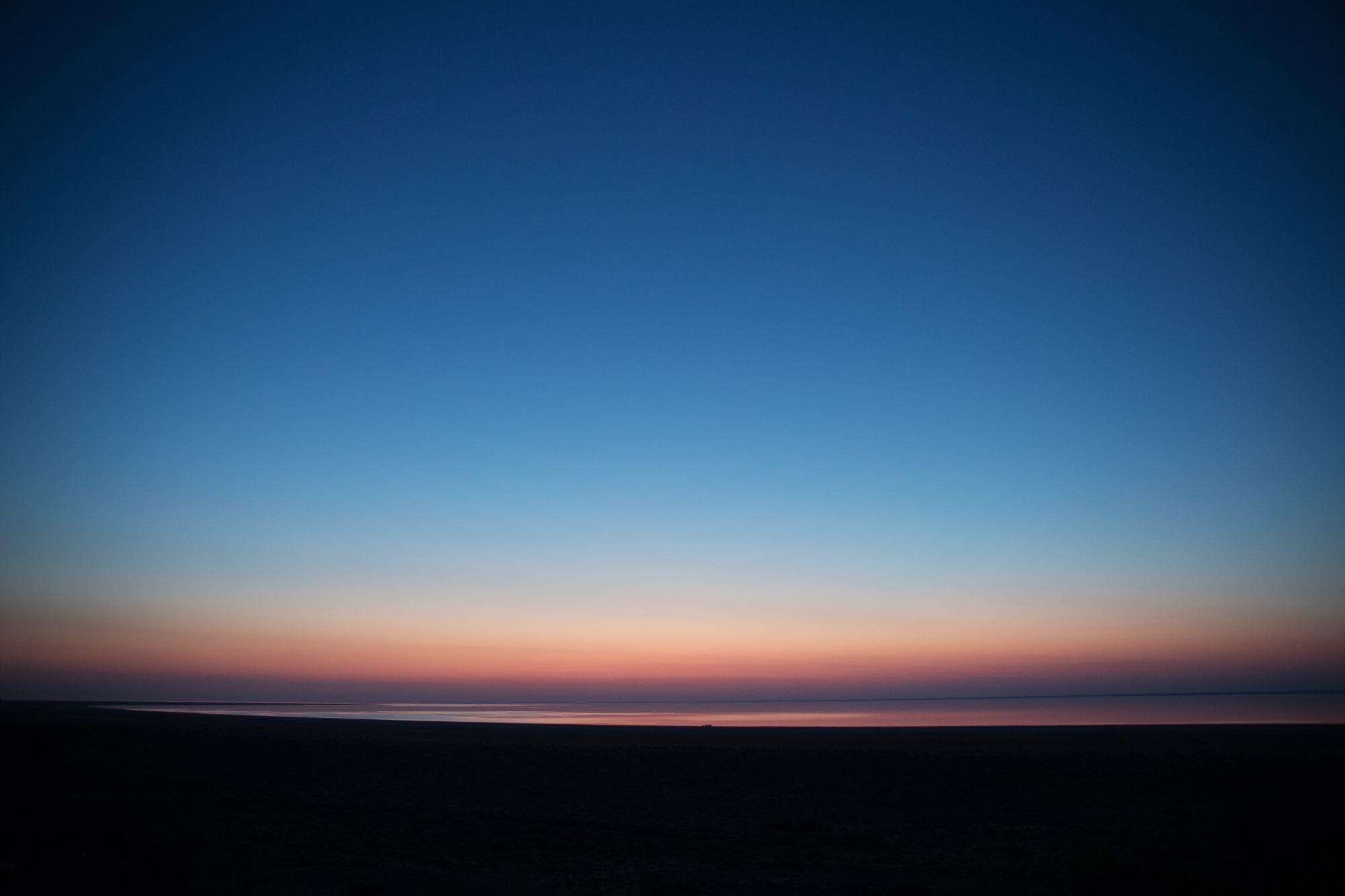 早朝、空は刻一刻と彩りを変える=2018年5月、ウズベキスタン ...