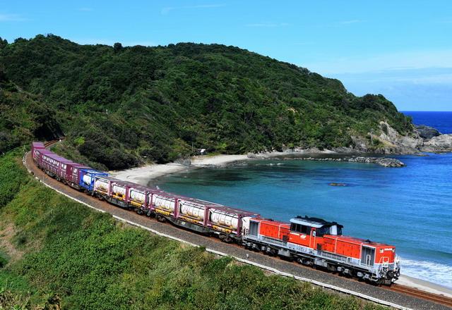 日本海沿いを走る貨物列車 山陽線貨物の山陰線迂回運転