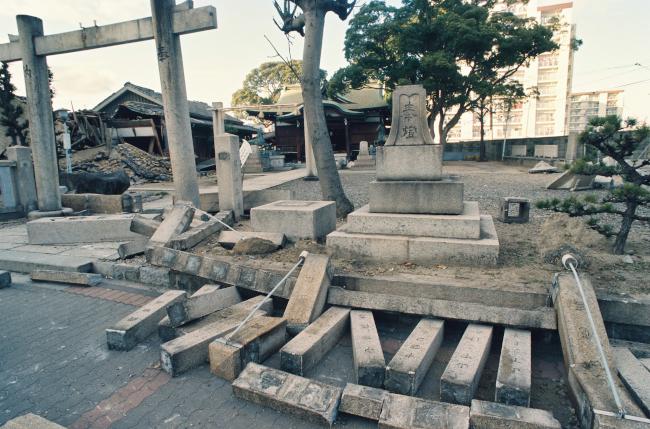 地震の揺れで石柱が倒れるなど ...