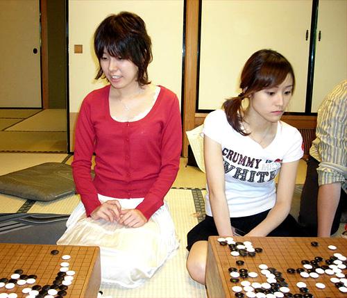 asahi.com:写真特集「検討室で並んで碁盤に向かう万波佳奈女流棋聖 ...