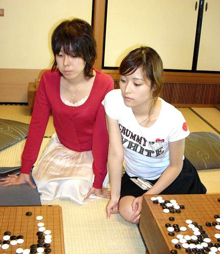 asahi.com:写真特集「真剣な表情で碁盤に向かう万波佳奈女流棋聖(左 ...