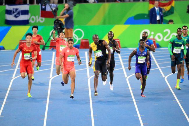 男子400メートルリレー決勝で走る第4走者のケンブリッジ飛鳥(前列 ...