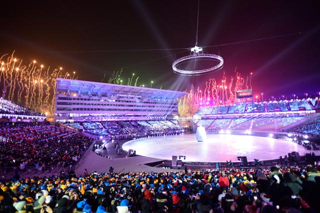 開会式が始まり、花火が上がった=9日夜、平昌五輪スタジアム、白井 ...