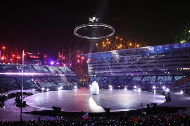 開会式のスタートを告げる巨大な鐘がステージに現れた=9日夜、平昌 ...