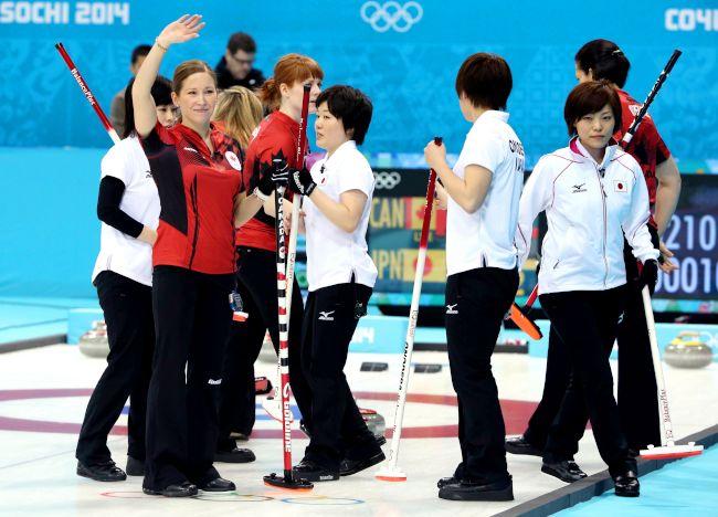 写真特集 - カナダに敗れ、握手をする(白ユニホーム右から)小笠原歩 ...