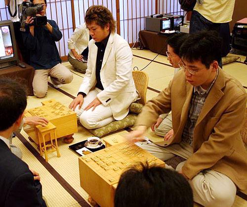 asahi.com:写真特集「検討室の風景。写真右手前から島本亮四段、橋本 ...