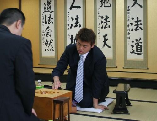 asahi.com:写真特集「対局の前に駒を並べる阪口悟四段(右)」 - 将棋