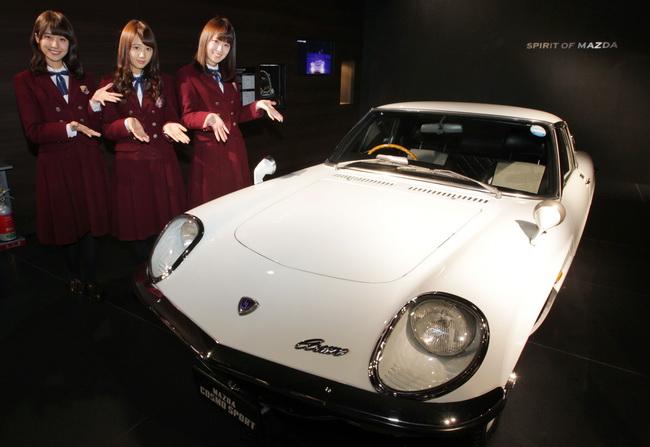 1967年発売のスポーツカー「コスモスポーツ」と記念撮影する(左から ...