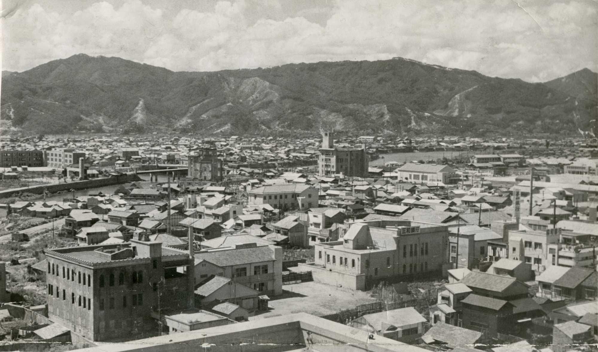 原爆投下から4年、爆心地付近の原爆ドーム(中央左)周辺には、家屋が ...