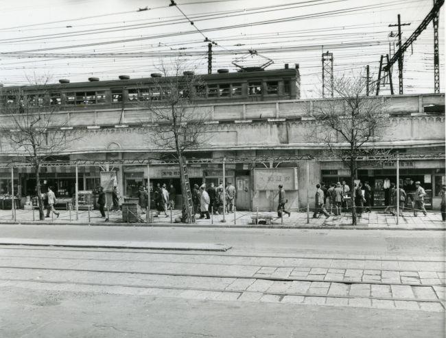 1949年、東京・丸の内2丁目の中央・山手線の高架と商店街(35/36)ー ...
