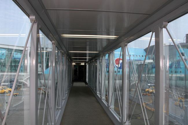 asahi.com (朝日新聞社):1階の搭乗橋(ボーディングブリッジ)から ...