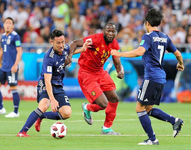 前半、ベルギーのルカクと競り合う吉田(左)=長島一浩撮影(18/27)ー日本、悲願のベスト8ならず  ベルギーに逆転負け|2018ワールドカップ(W杯)ロシア大会